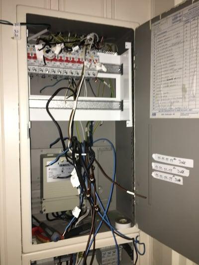 Bilde 2: alle gamle sikringer er fjernet og det er klart for installering av nye moderne jordfeilautomater.